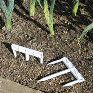 Gardening Naturally Tri-pegs For Fleece And Netting